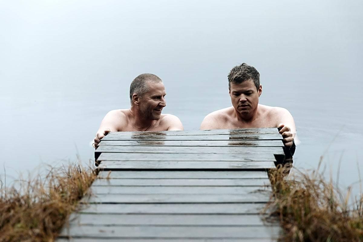 PASSE KALDT: For begynnere er ett minutt i vannet et godt utgangspunkt. Sørg for å bade på grunt vann, eller ved å holde fast i en stige. Og aldri dra på badetur uten en partner om vinteren om du mangler erfaring. Foto: Marthe Veian