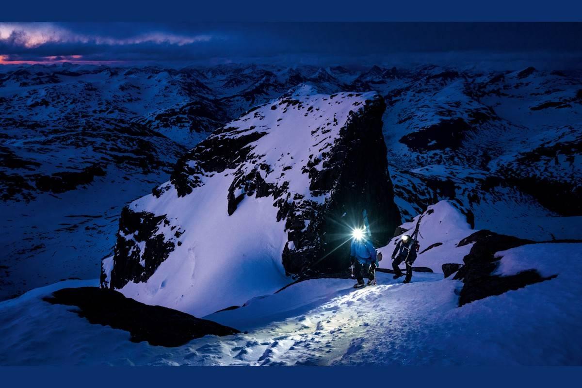 KLYVING: Adam og Calum klyv seg opp siste kneika til Store Styggedalstind, 2387 moh, med Gjertvasstind ruvande i bakgrunnen. Dette var den siste gongen me såg eit anna fjell enn det me var på denne natta.
