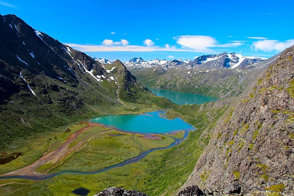 Utsikt fra Knutshø til Øvre Leirungen, Gjende og Surtningssue (2368 moh.).