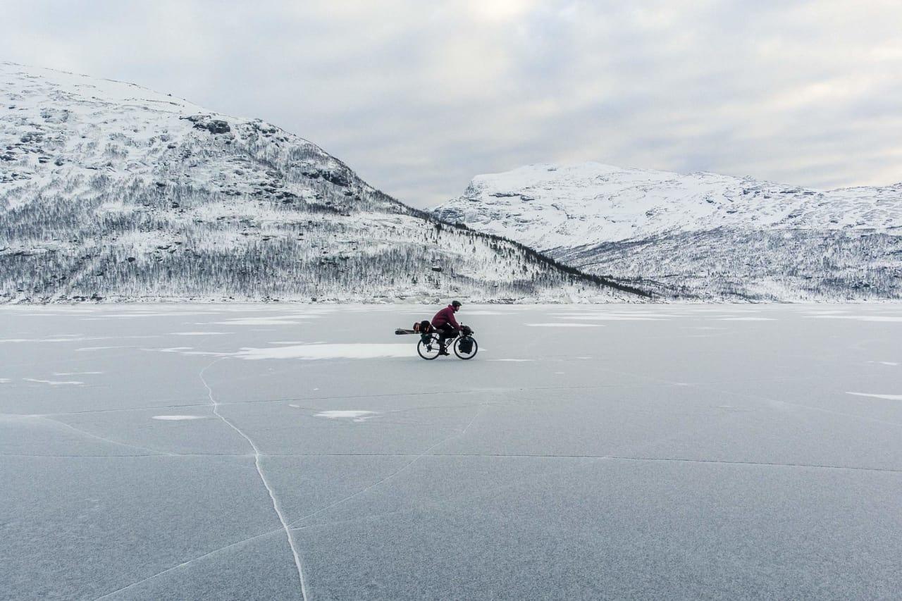 SELVET: Med drone og selvutløser har Andreas Køhn dokumentert hans andre sesong som sykkelbasert skikjører.