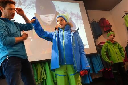 FUNKSJONELT: Brad Boren og Norrønas juniorlag demonstrerer Lofoten-klærne i barnestørrelser. Foto: Erlend Sande