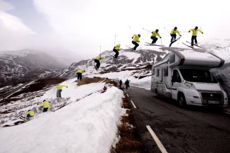 TOPPTURJIBBER: Asbjørn Eggebø Næss er en allsidig skikjører + guide. Her passerer han veien med toppturutstyr og en 360! Foto:Bård Basberg