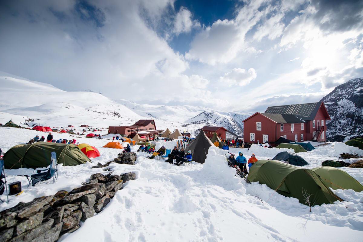STILLE FØR STORMEN: Denne helga braker det løs på Turtagrø når verdens største toppturfestival går av stabelen. Arkivfoto: Martin Innerdal Dalen