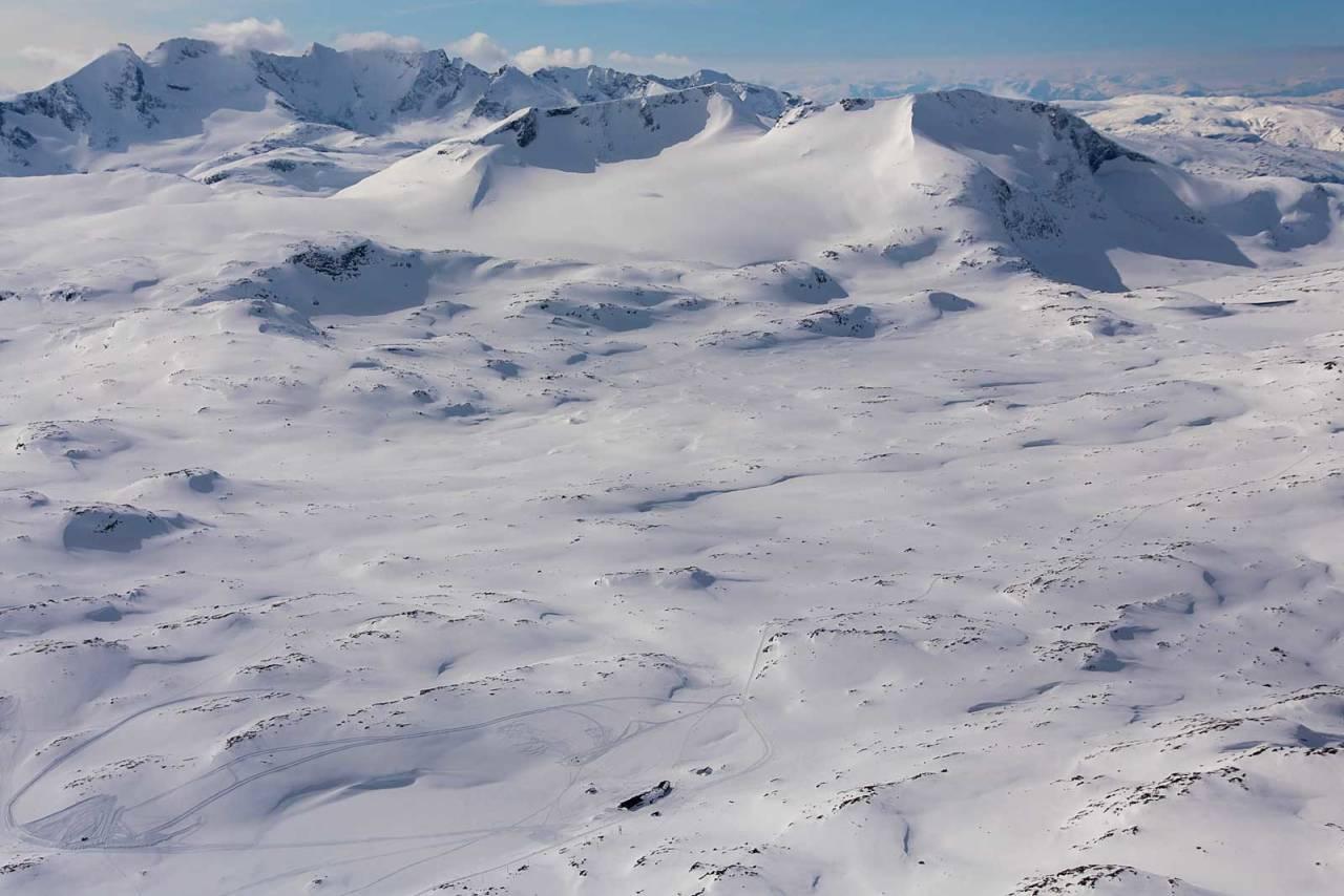 Fannaråken sett fra nordøst. I bakgrunnen skimtes Hurrungane. Foto: Thomas B. Svendsen. / Trygge toppturer.
