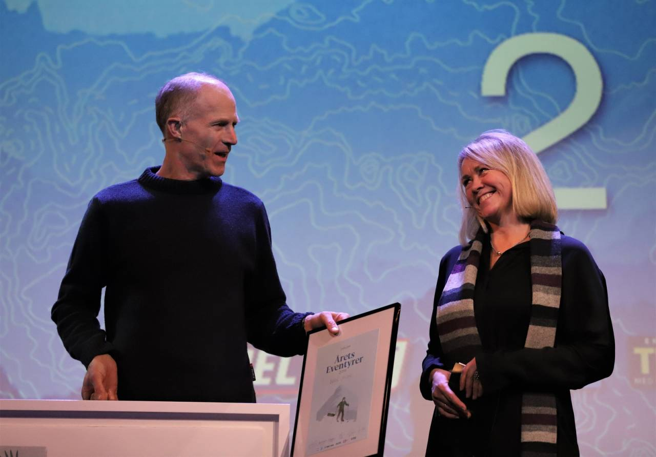 ÅRETS EVENTYRER 2019: Børge Ousland fikk hedersprisen foran et fullsatt Chateu Neuf under Eventyraften. Foto: Anders Kjernsli
