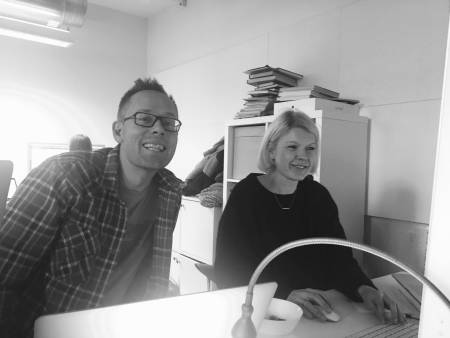 Tormod Granheim i sluttspurten med boka, sammen med AD Eva Camilla Brandt hos Fri Flyt forlag. Foto: Gunhild Aaslie Soldal