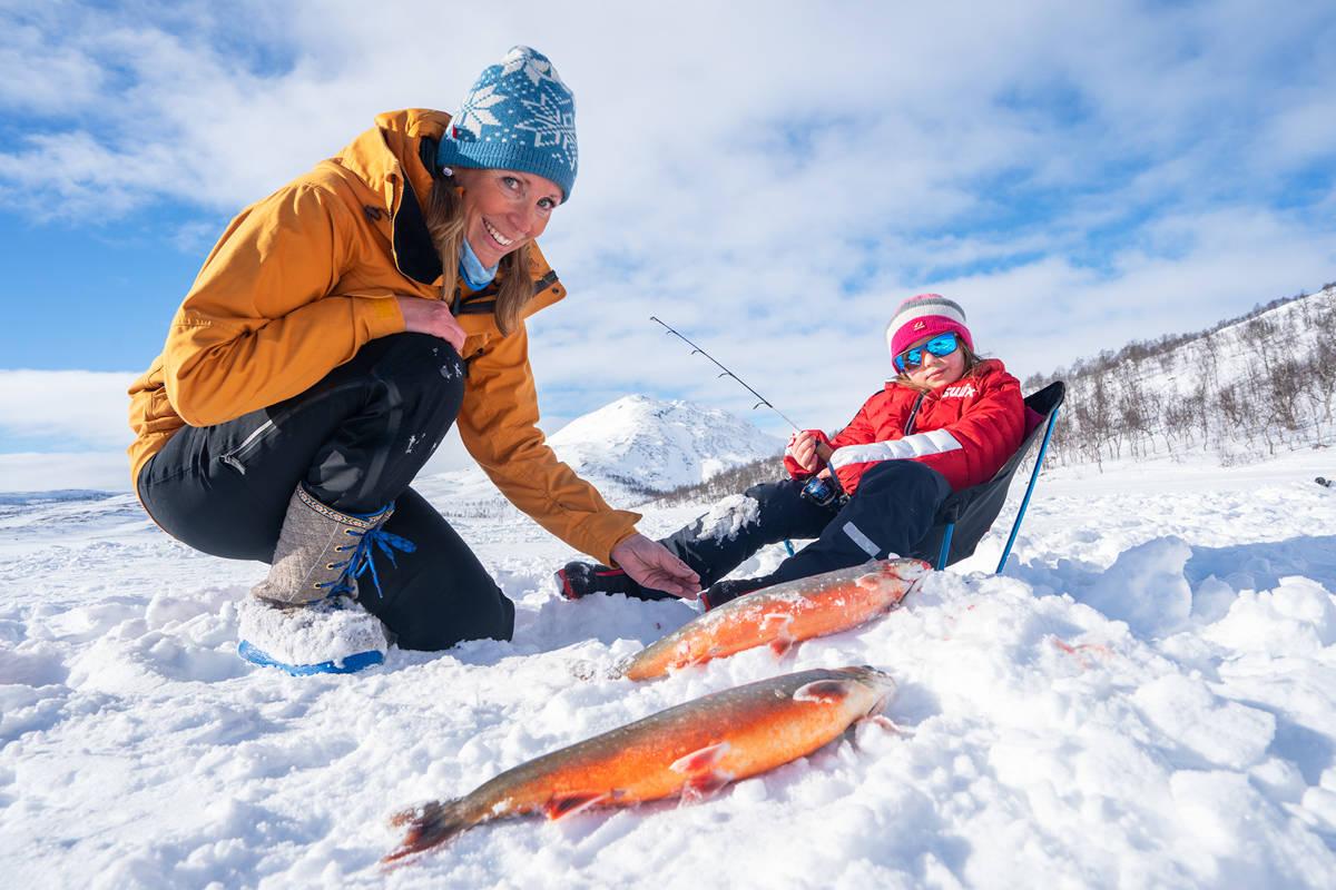 VILLMARKSFAMILIEN: Familien Holstad Rognerud har tilbakelagt et helt år i villmarken. Nå er det finalister i Årets eventyrer. Foto: Christer Rognerud