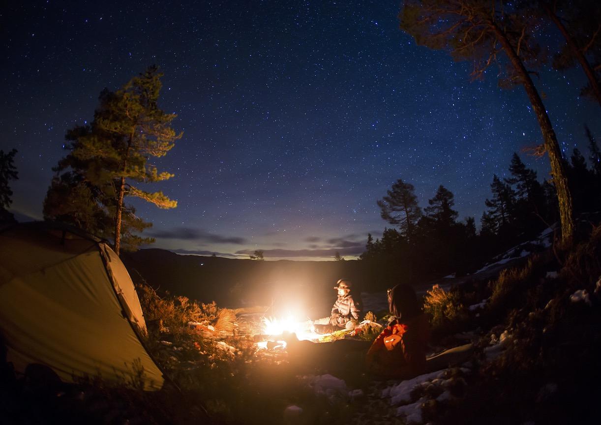 STILLE NATT: Når mørket kommer tidlig, blir det lange, trivelige kvelder foran bålet. Foto: Thomas Brynjulf Svendsen