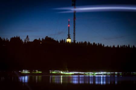 Løperne passerer under Tryvannstårnet og lysene gir en magisk stemning i Oslonatten.