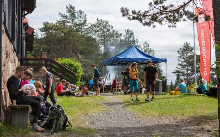 Ved Kobberhaughytta fikk deltagerne servert varm suppe. Foto: Sylvain Cavatz