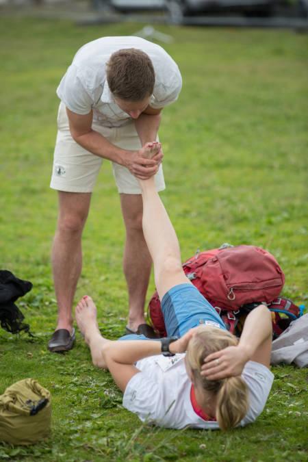Såre føtter trenger omsorg etter en lang dag på beina. Foto: Sylvain Cavatz