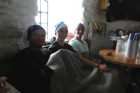 FROSNE: Fredrik og Magnus Amlien saman med kompisen Robert Svendsen. Dei hadde ikkje med anna enn t-skjorte, og vart overraska av snø på toppen. Foto: Jørn-Arne Tomasgard