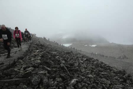 FOLKEFEST: Rundt 2000 menneske gjekk til toppen av Skåla i tåkehåvet laurdag. Foto: Jørn-Arne Tomasgard