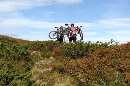 SYKKELLØP: Ordet sykkelløp fikk en ny definisjon for disse gutta, som bar syklene på ryggen gjennom kratt og over tundraen store deler av dagen. Foto: Ingeborg Scheve