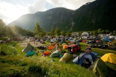 VAKKER UTSIKT: Smekkfull camping og perfekt vær. Gode forutsetninger for en vellykka festival. Foto: Vegard Breie