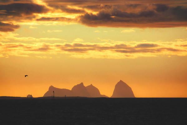 TRÆNASTAVEN: Utsikt mot Trænstaven (til høyre) fra hurtigbåten på vei fra Lovund til Træna. Foto: Matti Bernitz Pedersen