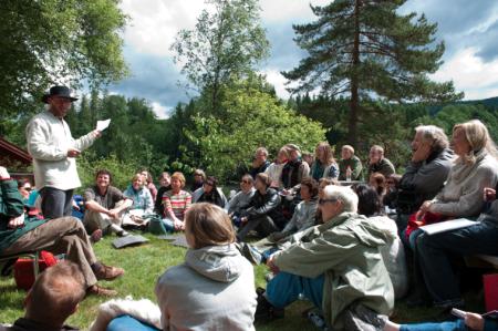 Tankeranglingfestivalen i Tisleidalen, 31. juli – 3. august. Tankeranglingfestivalen er en annerledes miljøfestival inspirert av filosofen Arne Næss og hans økosofi. Som deltaker får du møte fargerike gjester med spennende fortellinger fra et levd liv. Www.tankeranglingfestivalen.no. Foto: Tankeranglingfestivalen