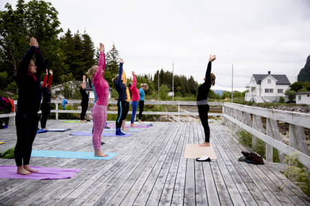Aleta yoga sørger for en god start på dagen for spreke morgenfugler. Foto: Line Hårklau