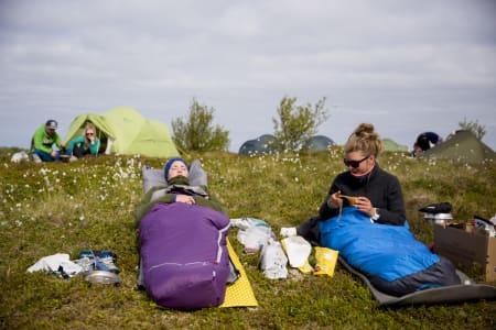 Julie Korneliussen og Karen Ishol Skogan nyter morgensola. Foto: Line Hårklau