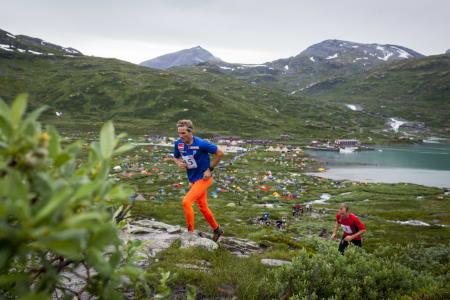 Fra UTE´s motbakkeløp på torsdag. Spreke folk stilte opp tross regnvær. Foto: Marte Stensland Jørgensen