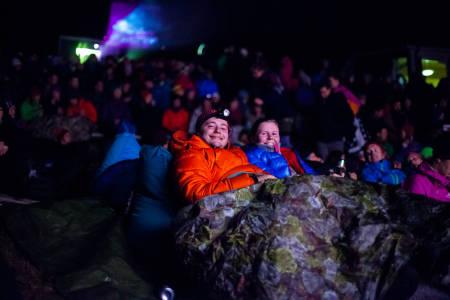 God stemning på ute-amfiet under fredagens visning av høstens norske actionthriller, Cave. Foto: Eivind Haugstad Kleiven