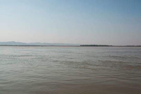 Elva Irrawaddy er landets største elv. Den renner gjennom Irrawaddy delta før den ender i Andamanhavet.