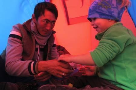 PROBLEMLØSNING: Begge foreldrene er leger, og yter medisinsk bistand underveis. Guttene liker å hjelpe til. Foto: Jochem Cuypers