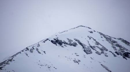 En liten gruppe nærmer seg toppen av Nonstinden. Foto: Marit Vidnes