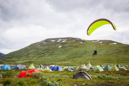 Paragliding over festivalcampen, med start fra Utsikten. Foto: Marte Stensland Jørgensen