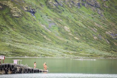 Når sola skinner på Eidsbugarden skal rockerene bade. Foto: Marte Stensland Jørgensen