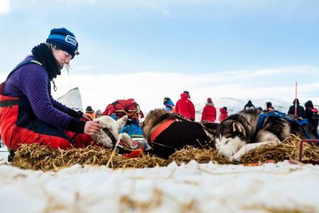 På Skoganvarre masserer Marte den såre skuldra til Juluss. Foto: Wanda Nathalie Nordstrøm