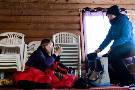 På en sovesal i Skoganvarre får Marte hele to timer søvn. Oda vekker henne med en mild stemme og oppvarmede Nesnalobber. Foto: Wanda Nathalie Nordstrøm