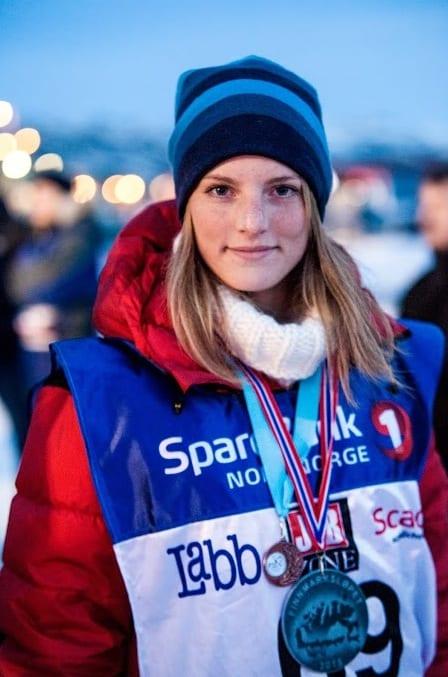 Marte har vært med som handler (hjelper) på Finnmarksløpet tidligere, men kjørte selv for første gang i år. Sammen med hundene kjørte hun inn til VM-bronse i klassen for renrasete polarhunder. Foto: Kristine Lindebø