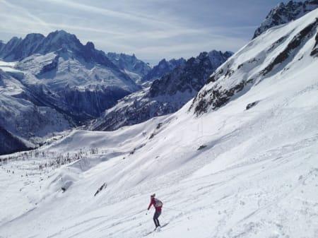 Saman med svenske Emelie Forsberg og spanske Kilian Jornet Burgada la eg siste hånd på verket i Chamonix. På bildet svingar Emelie seg nedover på påskeføre i Frankrike.