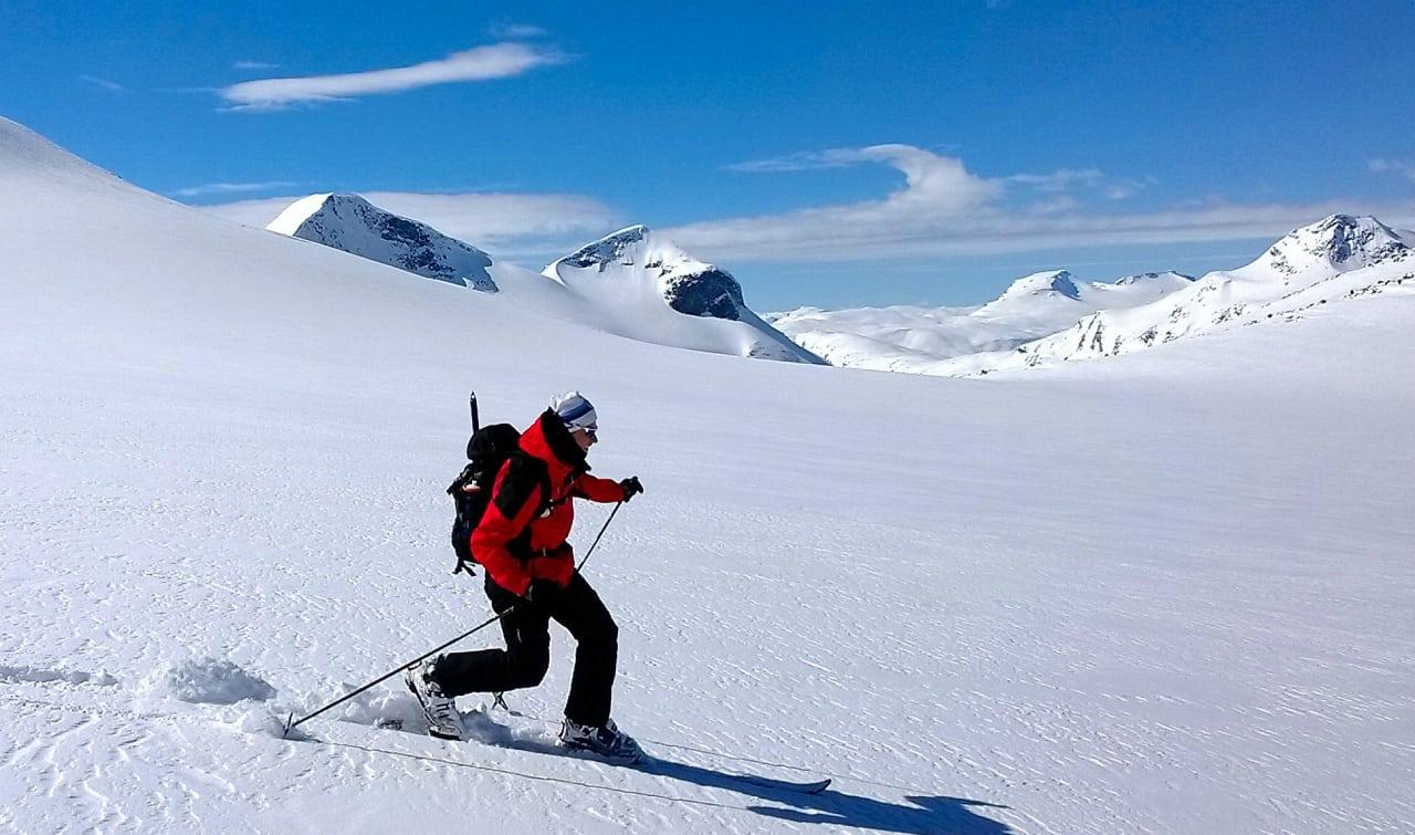 Lars Amund i fra Skiforeningen i flott driv over Høgvaglbreen.