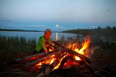 KOSELIGE KNEP: Et bål gjør det raskt litt hyggeligere å være på tur med barna på kalde høstdager. Foto: Jon Rune Rønneberg
