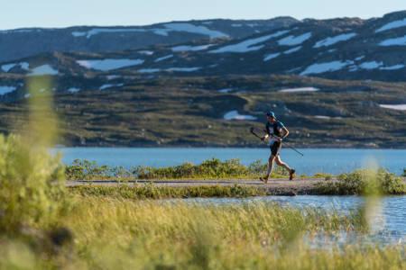 FJELLØP I NORSK NATUR: Her er Gjermund Nordskar under Xreid Jotunheimen i fjor sommer. I år er traseen lagt fjellveien fra Voss til Bergen. Foto: Bård Basberg
