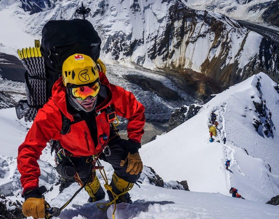TOPPJEGER: Her har Torkjel  akkurat plukket opp depoet fra den mest utsatte campen på Peak Korzhenevskaya, 6100 meter. Foto: Nicolai Julsvoll
