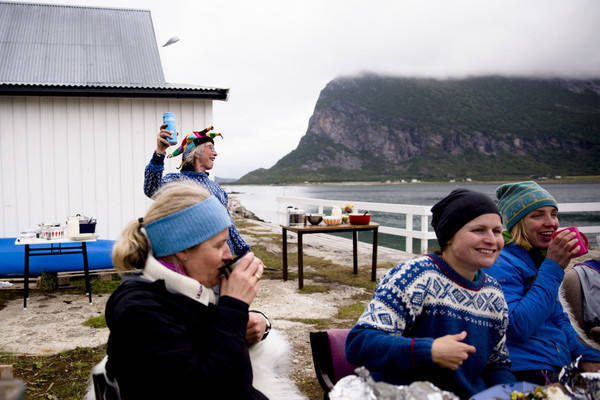 Randi Skaug utbringer en skål mens festivaldeltagerne nyter hvalbiff og kveite fra grillen. Foto: Line Hårklau
