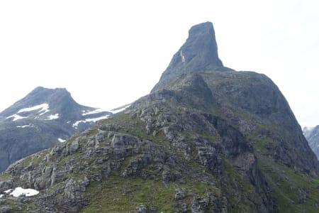 ROMSDALSHORN: Kvinnen skal ha galt over femti meter på det populære fjellet i Møre og Romsdal. Arkivfoto: Tore Meirik