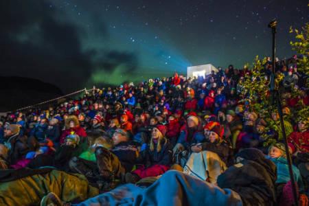 UTE-kino: Utescena gir filmopplevelsen en ekstra dimensjon under Fjellfilmfestivalen.Foto: Bård Bøe