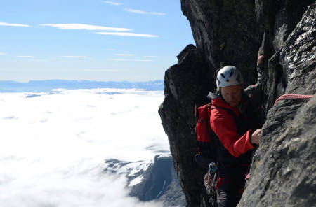 STOREN: Tindevegleder Truls Korsæth leder opp til Store Skagastøsltind, en populær tur der du må ha med guide om du ikke kan klatre. Foto: Sandra Lappegard