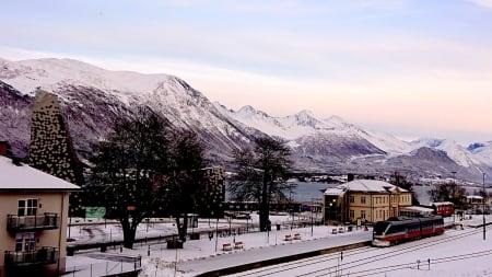 NORTINDS FØRSTEVALG: Åndalsnes er et sentralt utgangspunkt for både klatring og ski. Foto: Erlend Sande