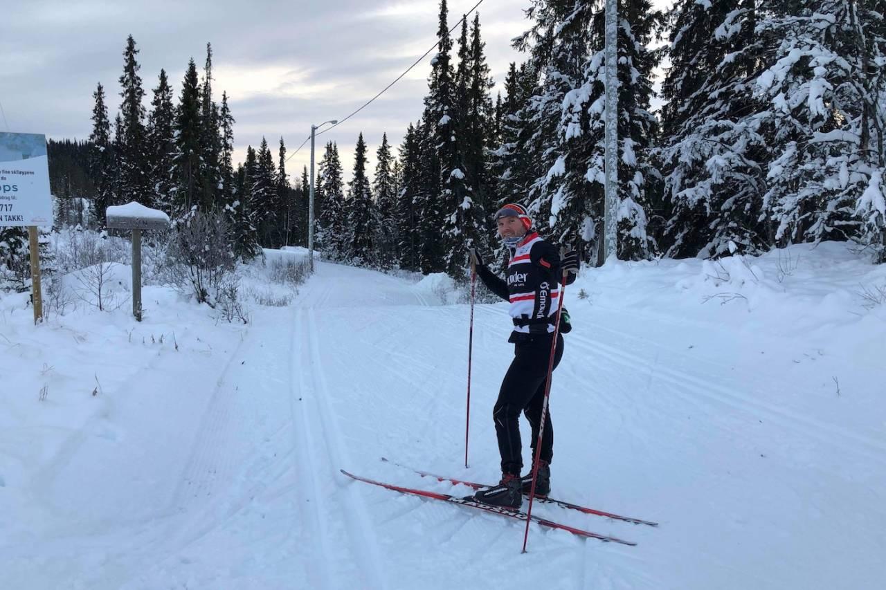 Ole Christian Nymoen forteller om gode forhold på Skrautvål-Leirin det det er 24 kilometer oppkjørte løyper, og mer snø i vente til helga. Foto: Jostein Nymoen