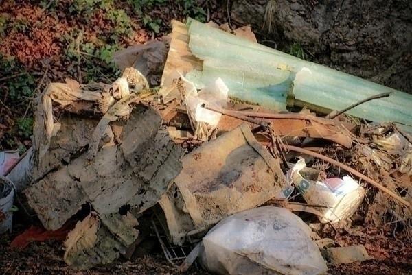 Vi ser dessverre altfor ofte at det forsøples langs stier og vann og på teltplasser. Ikke sjelden ser vi både aluminiumsbokser eller matavfall langt inne i marka eller midt i nasjonalparkene, skriver tursøstrene. Foto: commons.wikimedia.org