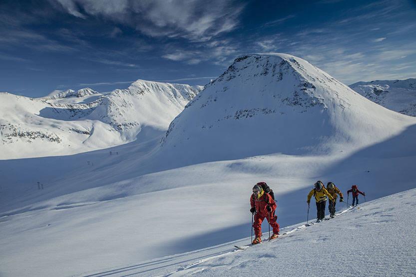 NY VRI: Skitur fra hytte til hytte er ikke noe nytt, men alpine, flerdagers skiturer har fått en kraftig norsk oppsving. I nyeste UTE kan du lese om en tredagerstur fra hytte til hytte i Romsdalen. Foto: Matti Bernitz Pedersen