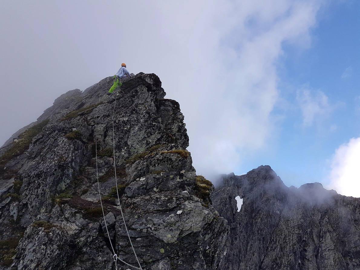 LUFTIG: Om du ikke er erfaren klatrer bør du ha med deg guide på slike turer. Men hvordan vet du at den du velger er en god guide som kan det som må til for å føre trygt opp og ned? Foto: Sandra L. Wangberg