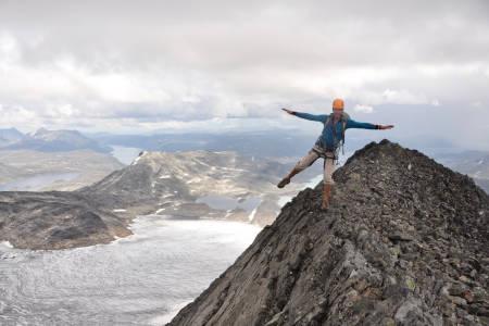 KOM DEG OPP: Med et fjellsportkurs kan du komme deg opp på topper og traverser du bare kunne drømt om tidligere. Her fra Uranostind i Jotunheimen. Foto: Sandra Lappegard