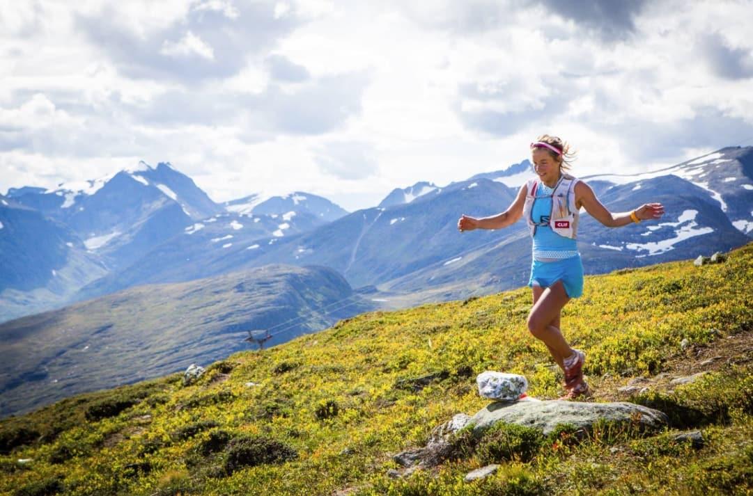 LANGE STIER: Fellesbetegnelsen er flotte stier og fantastisk natur om du deltar på et av mange flotte fjelløp. Her er Emelie Forsberg i god fart nedover. Foto: Håvard Myklebust / Stranda Fjord Trail Race