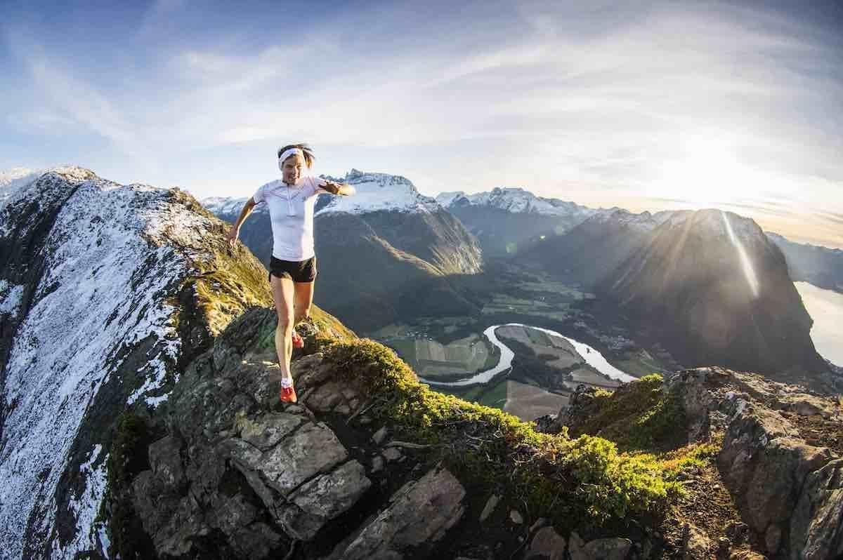 LØPENDE GLAD: Emelie Forsberg kommer med bok om sin kjærlighet til fjell og løpingen i dem. Foto: Kilian Jornet